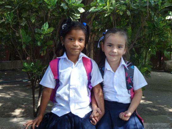 Dos alumnas del centro escolar de Redes de Solidaridad.