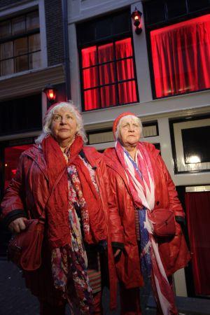 Louise e Martine Fokkens, em 2012, durante um passeio pelo bairro vermelho de Amsterdã.