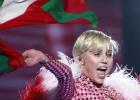 Miley Cyrus ondea la ikurriña durante su concierto en Barcelona