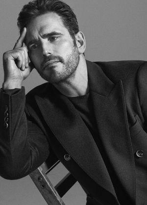 El actor viste abrigo de Dolce & Gabbana y jersey de G-Star