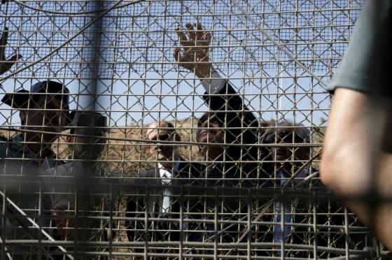 Interior Minister Jorge Fernández Díaz inspects the anti-climb mesh in Melilla on Monday.