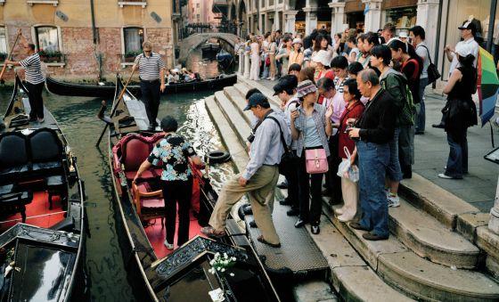 Una cola de turistas para montar en las góndolas.