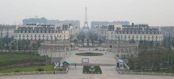En los suburbios de Hangzhou, China, se alzan los grandes hitos de la arquitectura parisina. Entre ellos, la Torre Eiffel