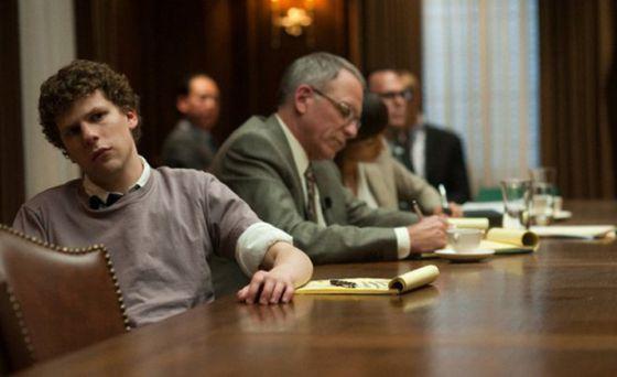Jesse Eisenberg, un actor asociado al cine 'millennial', interpretado a Mark Zuckerberg, padre de los tópicos 'millennial', en 'La red social', película de David Fincher, director de culto los 'millennial', sobre el hervidero 'millennial' que es Facebook