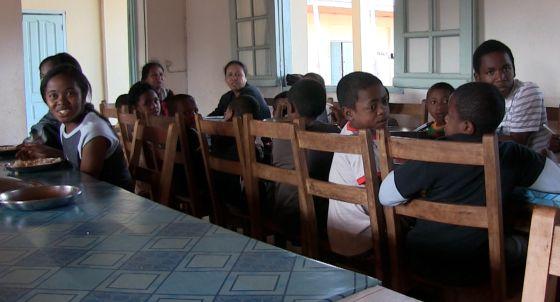 En la residencia del Buen Remedio viven 200 personas. Julián Cadenas, los alumnos y las cuidadoras comen en este salón.