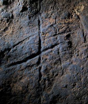 El grabado hallado en la cueva de Gorham, en Gibraltar.