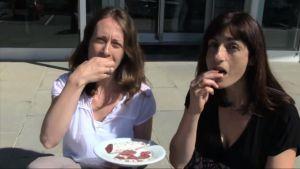 Las investigadoras españolas de IRTA, comiendo fuet.