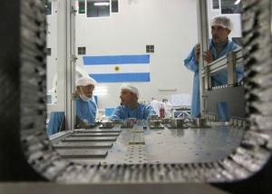 Expertos argentinos trabajan en el ensamblaje del ARSAT-1.