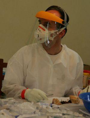 Eric Leroy disecciona animales en busca de reservorios de ébola