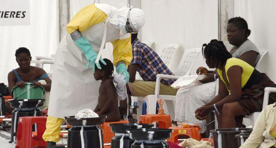 Un trabajador de Médicos Sin Fronteras atiende a un niño con ébola en Liberia.