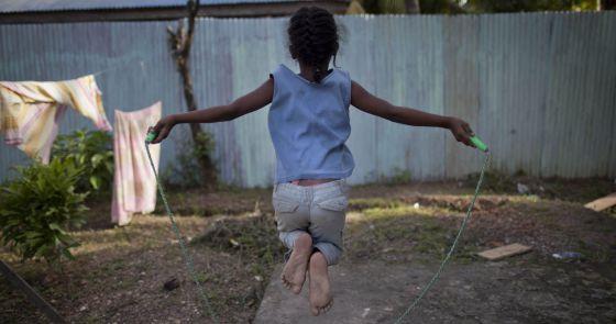 Una niña salta a la comba en un centro para menores maltratados de Brasil. Las niñas de Latinoamérica  son las más vulnerables a la desigualdad y la violencia.