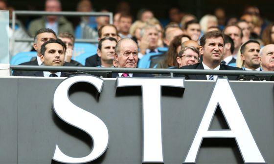 El rey Juan Carlos, en la tribuna del campo del Manchester City juntoi a Khaldoon Al Mubarak, a la izquierda.