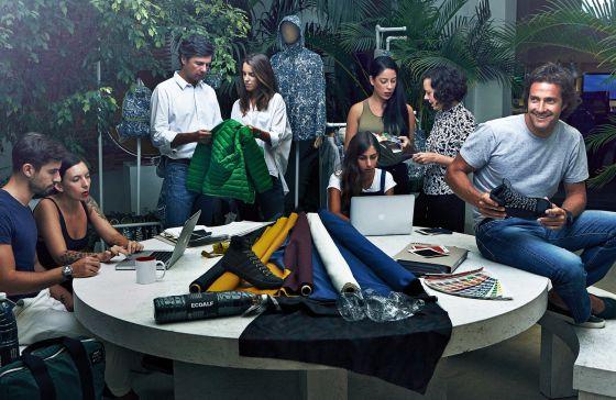 Javier Goyeneche, fundador de la firma, rodeado de parte de su equipo, que cuenta con una ingeniera química dedicada en exclusiva a la gestión de tintes para las prendas.