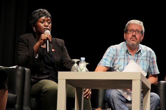 Caddy Adzuba y Chema Caballero durante una charla sobre violencia en RDC en Sant Boi de Llobregat.