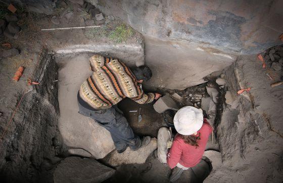 Kurt Rademaker y Sonia Zarrillo en el refugio de piedra de Cuncaicha.