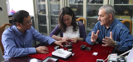 El chino Liu Wu, Martinón-Torres y Bermúdez de Castro analizan fósiles en China