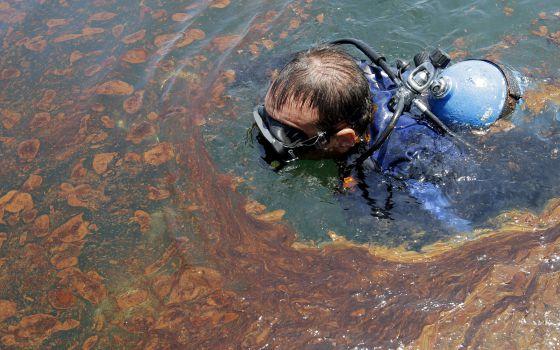 Un buzo nada en aguas contaminadas por el vertido de la platafroma 'Deepwater Horizon' en 2010