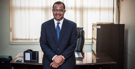 El Dr. Faisal Shuaib, coordinador de la emergencia ébola en Nigeria, en su despacho del Ministerio Federal de Salud, en Abuja, Nigeria.