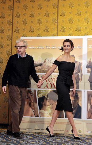 Woody Allen junto a Penélope Cruz, a quien dirigió en 'A Roma con amor'.
