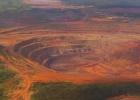 Una mina de diamantes parada por huellas de dinosaurios