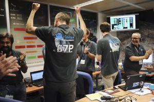 Científicos celebran en el Centro Nacional de Estudios Espaciales de Toulouse, Francia, el aterrizaje en el cometa.