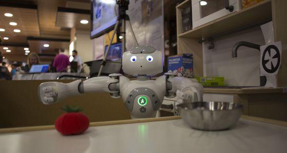 El robot Nao intenta coger un falso tomate en el Humanoids 2014.