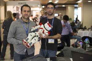 Edgar Riva y Gerard Canal, concursantes del Humabots Challenge junto a su robot, un viejo Nao de hace cinco años.