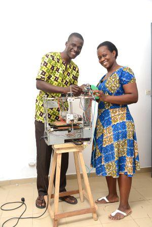 Los creadores de la impresora 3D W.Afate junto a su artilugio.