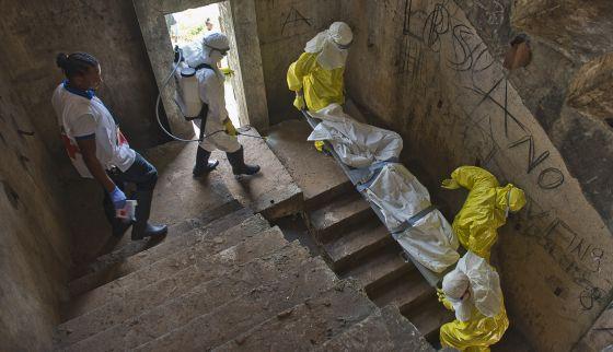 Miembros de Cruz Roja se llevan un cadáver para incinerarlo, la pasada semana en Monrovia (Liberia).