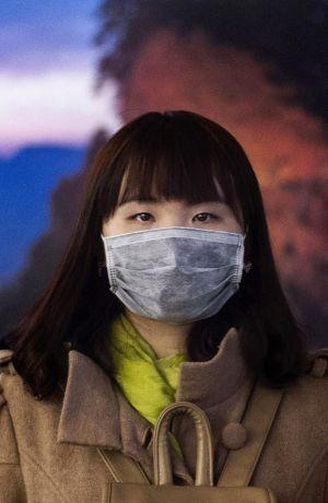 Una mujer china, con una máscara para protegerse del aire contaminado, el pasado 20 de noviembre en Pekín.