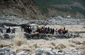 En 2013 se registraron las lluvias más intensas en 100 años en el norte de India, afectaron a 100.000 personas. En la foto, un grupo de viajeros espera a ser rescatado.