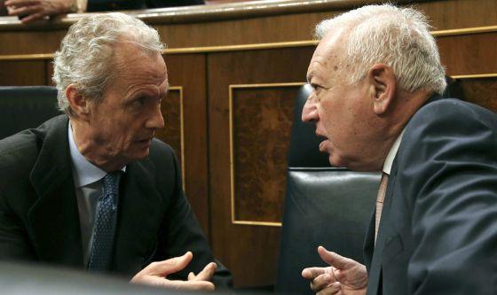 El ministro de Defensa, Pedro Morenés (izquierda), charla con el titular de Exteriores, José Manuel García-Margallo, en el pleno del Congreso.