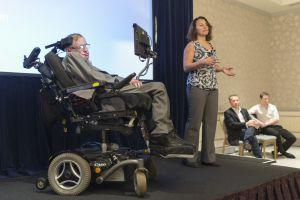Hawking y la responsable del diseño de la silla ACAT. Intel