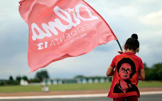 Una militante del partido PT con una camiseta de Dilma Rousseff en Brasilia.