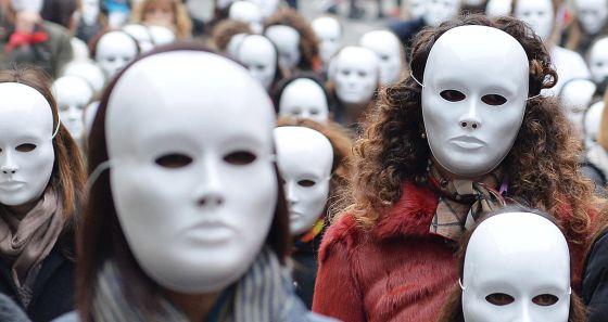 Máscaras blancas en Turín el día para la eliminación de la violencia contra las mujeres, noviembre de 2014.
