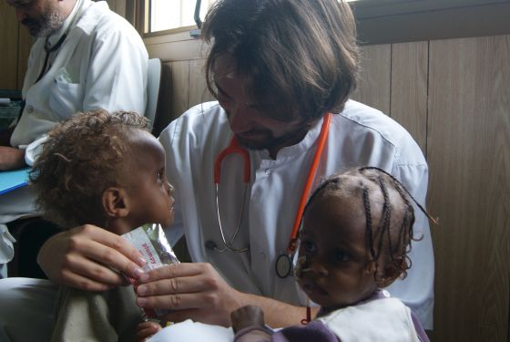 Iñaki Alegría alimenta a Ruziya y a otra niña, en Gambo (Etiopía).