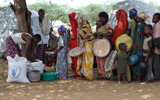 Desplazados somalíes hacen cola para recibir comida del Programa Mundial de Alimentos en un campamento de refugiados de Mogadiscio (Somalia).