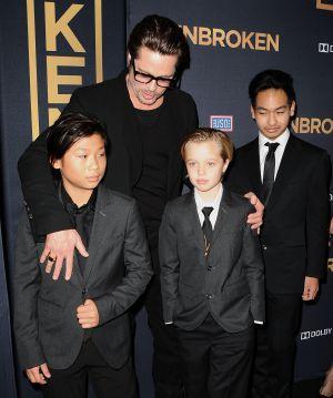 Shiloh (centro), junto a sus hermanos Pax (izquierda) y Maddox y su padre, Brad Pitt.
