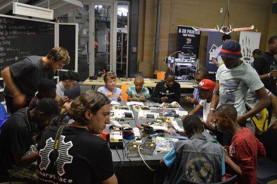 Uno de los talleres para familiarizar a los más jóvenes con la electrónica en la Maker Faire Africa 2014.