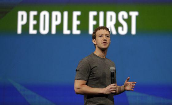 Cada 'me gusta' en Facebook es una pista que las máquinas pueden recopilar para determinar la personalidad. En la imagen, Mark Zuckerberg durante una conferencia de Facebook en abril pasado.