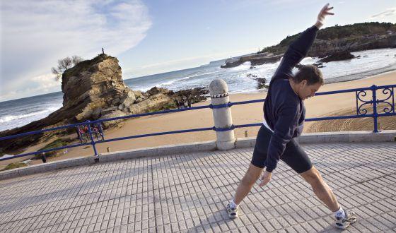 Un hombre hace ejercicio en Santander.