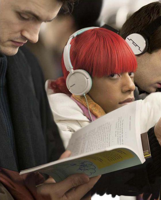 Un hombre leyendo a Kurt Vonnegut