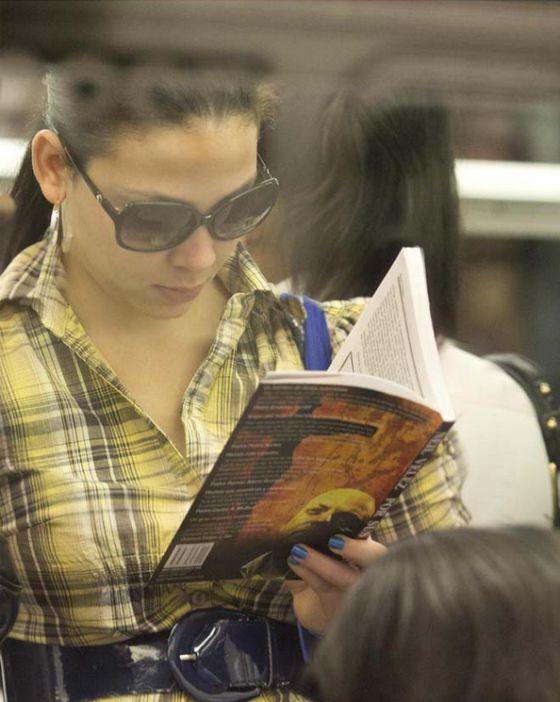 Una mujer leyendo a Neil Velez