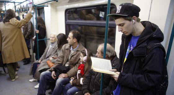 Un aplauso para la gente que lee libros de papel en el metro