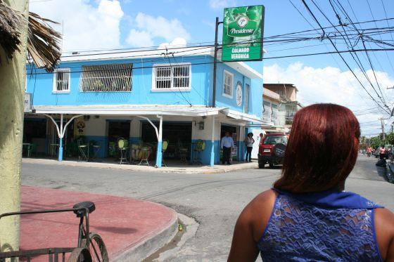 Gabriela Flores, en las calles de Boca Chica donde se solía prostituir cuando era menor. En ocasiones, aún lo hace.