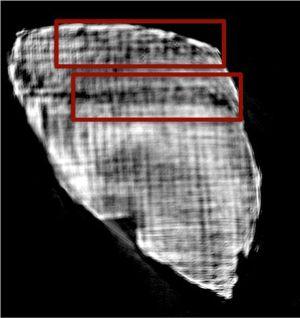 Esta imagen por tomografía computarizada permite leer a los ojos expertos la secuencia de letras en alfabeto griego PIPTOIE (arriba) y EIPOI (abajo).
