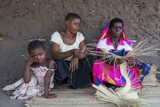 Tanzania. Fatuma (en el centro), quien perdio a su bebé poco después del parto, posa junto a otros miembros de su familia. La mortalidad infantil en el país es muy elevada: 26 de cada mil nacidos muere en el pirmer día de vida.