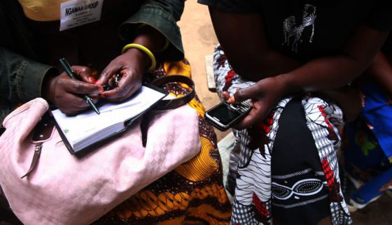 Campesinos tanzanos interactúan con el móvil en un programa de radio agrícola. Este les proporciona la información necesaria sobre precios y el beneficio que podrán obtener por sus cosechas, algo que de lo contrario no conocerían hasta ir al mercado a venderlas, en ocasiones a decenas de kilómetros de su lugar de trabajo.