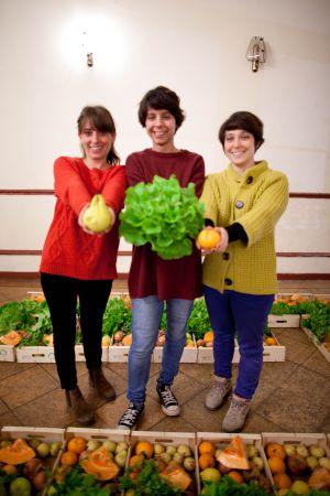 A la izquierda, Soares, Canelhas y Batista, promotoras de la cooperativa que vende la fruta que los agricultores no comercializan.