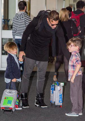 Ricky Martin y sus hijos en el aeropuerto de Sidney en abril 2014.